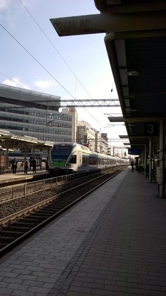 Juna tulossa Tikkurilan asemalle