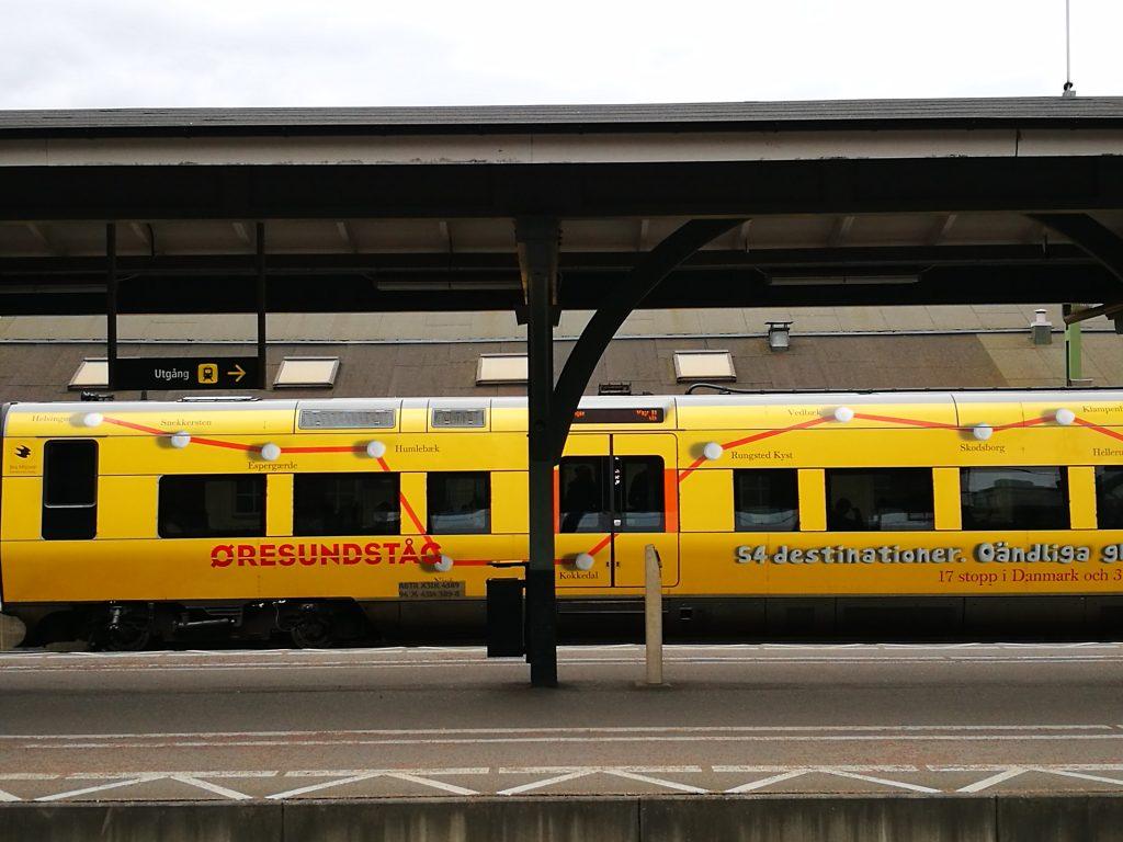 keltainen juna asemalla